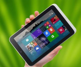Tableta Windows en mano
