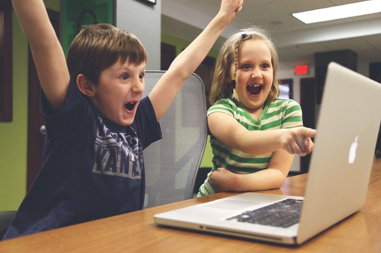 niños viendo youtube kids